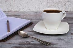 Open notitieboekje en pan Stock Foto