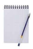 Open notitieboekje en pen op een witte geïsoleerde achtergrond stock afbeeldingen