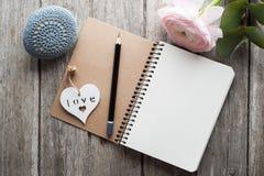 Open notitieboekje, hart, presse-papier royalty-vrije stock afbeeldingen