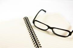 Open notitieboekje met glazen royalty-vrije stock afbeeldingen