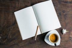 Open notitieboekje met koffiekop royalty-vrije stock afbeelding