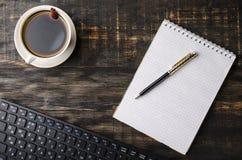 Open notitieboekje met kop van koffie Royalty-vrije Stock Foto