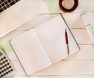 Open notitieboekje met laptop, calculator, klok en andere puntenaro Stock Afbeelding