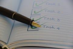 Open notitieboekje met zwarte vulpen royalty-vrije stock afbeelding