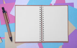 Open notitieboekje op de achtergrond van gekleurde stickers Royalty-vrije Stock Afbeeldingen