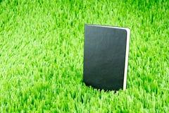 Open notitieboekje op groen gras, Bedrijfs en Onderwijsconcept tem Stock Fotografie
