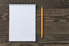 Open notitieboekje voor het schrijven of het trekken op eiken lijst Stock Foto's