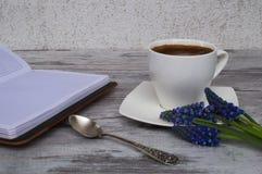 Open notitieboekje, witte kop met koffie Royalty-vrije Stock Afbeeldingen