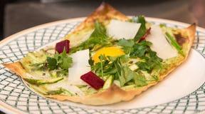 Open onder ogen gezien de lente plantaardige lasagna's met een ei in het centrum royalty-vrije stock foto's