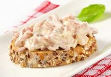 Open onder ogen gezien ham en aardappelsaladesandwich Stock Afbeeldingen