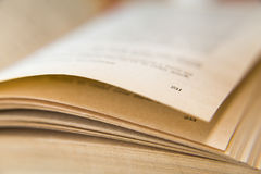 Open oud boek Vergeelde pagina's Paginanummer 231 Gerimpelde (document) textuur Macro Royalty-vrije Stock Foto's