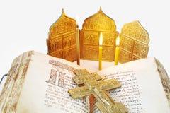 Open oude Bijbel en metaalkruisiging Royalty-vrije Stock Afbeeldingen