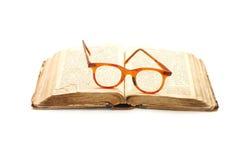 Open oude boek en glazen stock fotografie