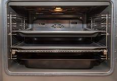Open oven met dienblad royalty-vrije stock foto