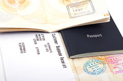 Open paspoorten en bagagedocumenten Royalty-vrije Stock Afbeelding