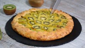Open pasteigalette met een kiwi stock videobeelden