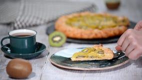 Open pasteigalette met een kiwi Een galette van de stukkiwi stock videobeelden