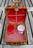 Open picknickmand op een lijst Stock Afbeeldingen