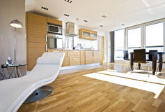 Open planwoonkamer met toegang tot terras Stock Foto
