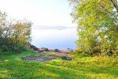 Open plek in het bos op kust van meer Royalty-vrije Stock Foto's