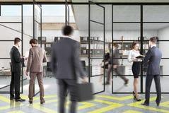 Open plekbureau, geel en grijs, mensen Stock Foto's