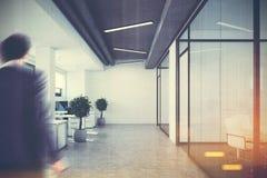 Open plekbureau, glas en witte muren, mens Royalty-vrije Stock Afbeeldingen