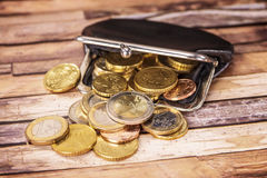 Open portefeuille met vele muntstukken royalty-vrije stock afbeelding
