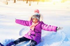 Open portret het Gelukkige kind, in het de winterpark stock foto's
