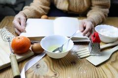 Open receptenboek in de handen van een bejaarde Stock Foto's