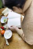 Open receptenboek in de handen van een bejaarde Royalty-vrije Stock Fotografie