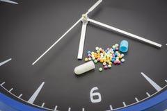 Open rode capsulepil met de drug van de balkleur Stock Afbeelding