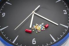 Open rode capsulepil met de drug van de ballenkleur op zwarte klokrug Royalty-vrije Stock Foto's