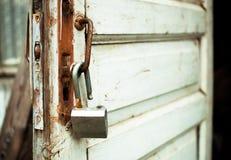 Open roestig slot op een oude deur Stock Foto