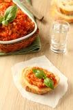 Open sandwiches met auberginesalade (kaviaar) en basilicumbladeren Stock Foto's