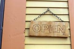 Open schloss das Zeichen, das von der Kette auf Altbau hängt Lizenzfreies Stockbild