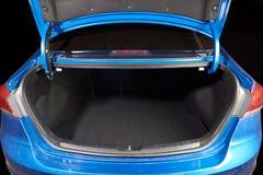 Open schone moderne autoboomstam stock foto's