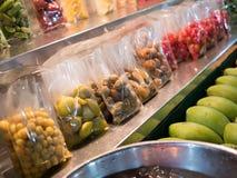 Open shoppar sälja nya frukter Royaltyfri Foto