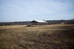 Open sid det dolda skjulet eller ladugården för boskap Arkivfoto