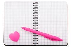 Open spiraal geregeld notitieboekje met ballpoint en gevormd hart royalty-vrije stock afbeeldingen