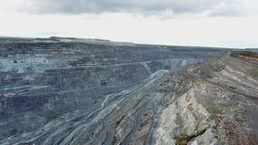 Open steengroeve voor steenextractie steengroeve Panorama luchtmening Het probleem van milieuvervuiling Hoogste mening van stock video