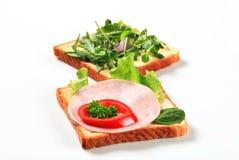 Open stellte Sandwiche gegenüber Stockfoto