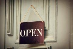 Open teken op blauwe uitstekende deur Stock Afbeelding