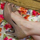 Open toed gouden hoge hielschoenen en kleurrijke stof Royalty-vrije Stock Foto