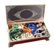 Open uitstekende rode die juwelendoos, op witte achtergrond wordt geïsoleerd Stock Fotografie
