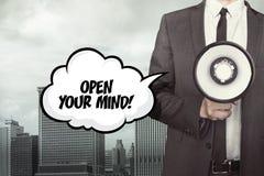 Open uw meningstekst op toespraakbel met zakenman stock foto