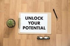 OPEN UW POTENTIEEL zakenmanhand het werk concept voor GROW Stock Afbeeldingen