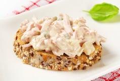 Open vände mot skinka- och potatissalladsmörgåsen Royaltyfria Bilder
