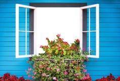 Open venster met kleurrijke bloemen en heldere blauwe planken op muurachtergrond royalty-vrije stock afbeeldingen