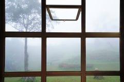 Open venster om bomen in de mist in Thailand te zien Royalty-vrije Stock Foto