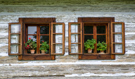 Open venster op plattelandshuisje stock foto's